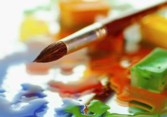 Pinceau posé sur taches colorées