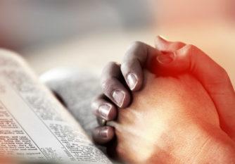 Bible ouverte et prière