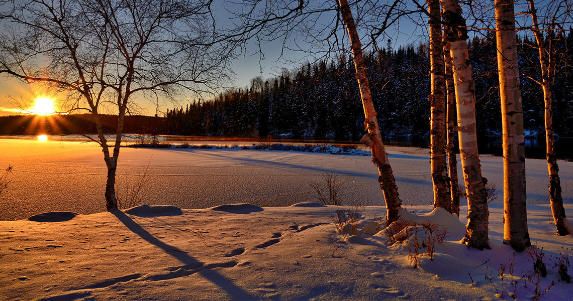Lever de soleil sur paysage enneigé